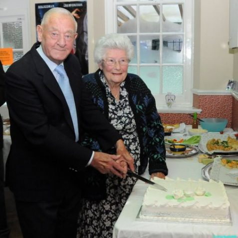 Bill and Irene cut their cake | Photo by Tony Mould