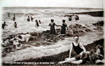 Photo of bathers on Brighton beach in early 1900s