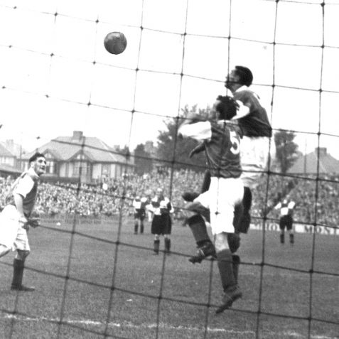 Brighton and Hove Albion in action in the 1940s   Bob Herrick