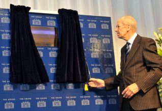 Lord Tebbit unveils the remembrance plaque | Photo by Tony Mould