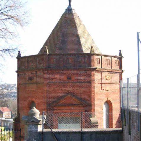 Red brick mortuary chapel in the Jewish burial ground | Photo by Tony Mould
