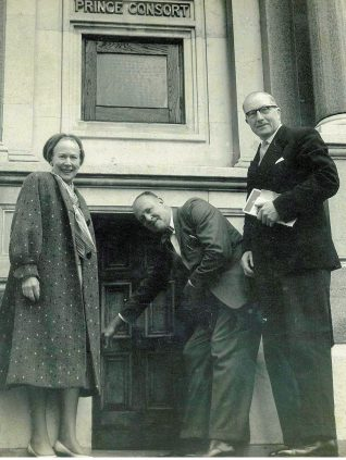 Nellie and Reuben Dubois, with Alderman William Button, Mayor of Brighton in 1962 | From the Dubois family collection