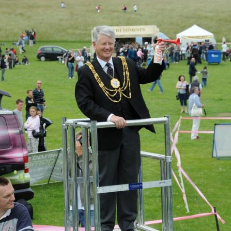 The Mayor of Brighton and Hove, Councillor Garry Peltzer Dunn, starts the Saturday race | Photo by Tony Mould