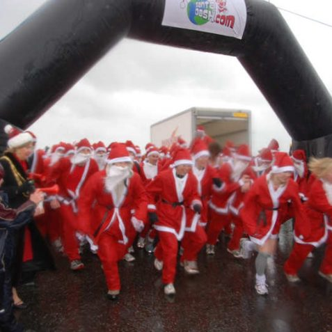 The Mayor blows the horn and the Santas are a blur of speed | Photo by Tony Mould