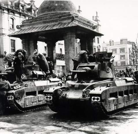 Tanks at the South Gate, Royal Pavilion, 1941: Two tanks inside the Royal Pavilion South Gate with school boys being shown around them. | Image reproduced with kind permission from Brighton and Hove in Pictures by Brighton and Hove City Council