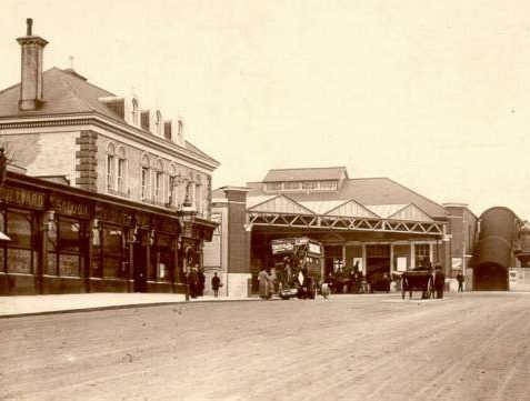 Station Approach, Hove, c. 1905: The Cliftonville public house on the left included a billiard saloon. An early motor omnibus stands at the entrance to Hove Station. On the right is a milk cart from Richmond Dairy, and in the distance a tobacconist and confectioner | Image reproduced with kind permission from Brighton and Hove in Pictures by Brighton and Hove City Council